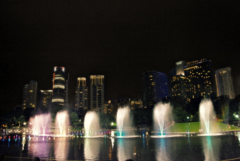 Fountains outside the Suria KLCC shopping complex, in front of the towersFontes na frente do shopping Suria KLCC, na frente das torres