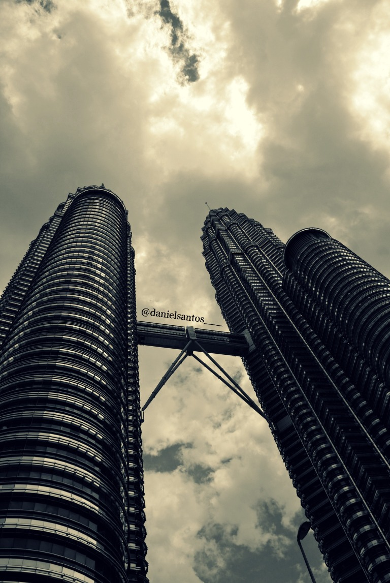 The remarkable Petronas Twin Towers by day...As incríveis Torres Petronas ao dia...