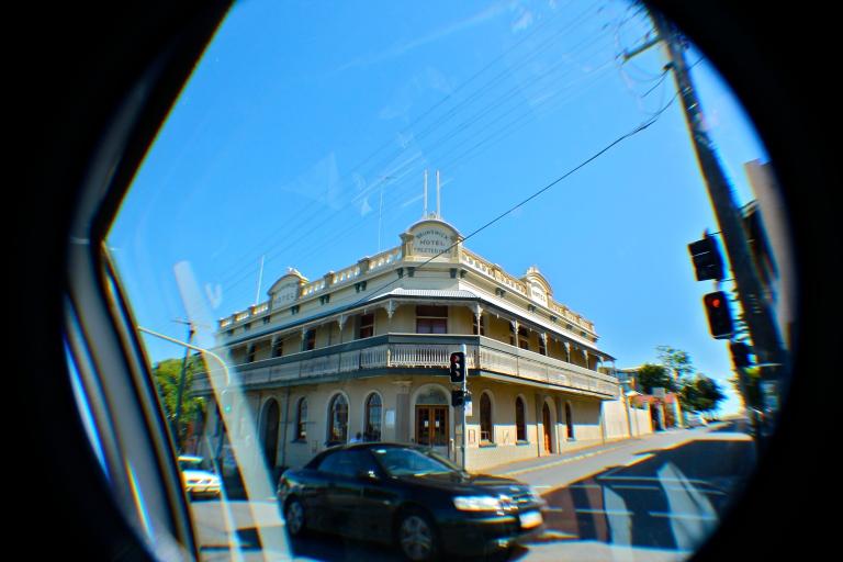 The Brunswick Hotel on Brunswick St, one of Brisbane's most historic hotels!  Not the best photo, as it was completely spontaneous and taken from inside a moving car  O Brunsiwck Hotel, na Brusnwick St, um dos hotéis mais históricos de Brisbane!  Eu sei que a foto não saiu muito boa, já que foi completamente espontânea, e tirada de dentro de um carro em movimento