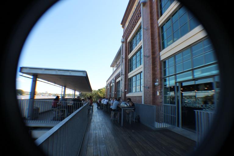 An outdoor bar / restaurant overlooking the Brisbane river, at the Brisbane PowerhouseUm bar/restaurante as margens do rio