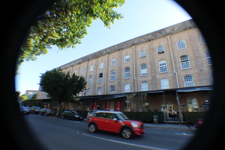 Mertyrd Rd, and its factories, that have been converted into restaurantsMertyr Rd, e suas fábricas, que foram transformadas em restaurantes
