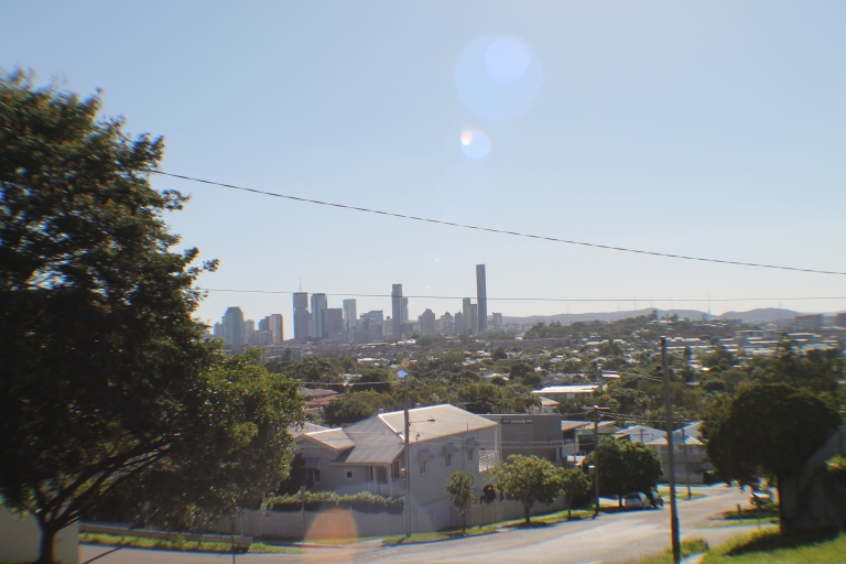 Brisbane's skyline, as seen from 5th Ave, in BalmoralO panorama urbano de Brisbane, visto da 5th Avenue, em Balmoral