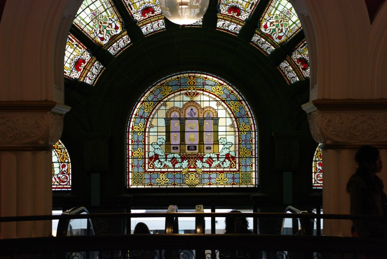Stained glass windows at Queen Victoria BuildingVitrais no edifício Rainha Victória