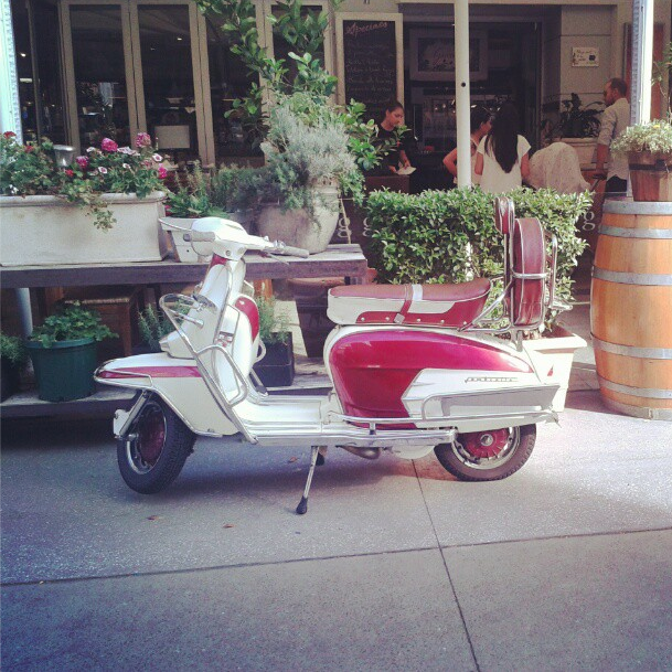 Saw this cool scooter at Gusto da Gianni restaurant in Brisbane / Vi essa motoca super legal no restaurant Gusto da Gianni, em Brisbane